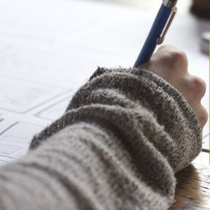 Met pen wordt er op papier geschreven